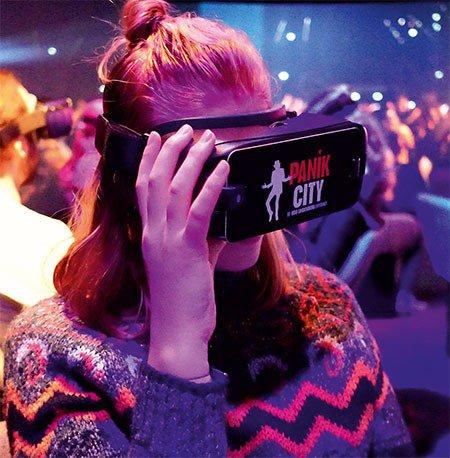 Frau mit VR-Brille in Eventlocation und Ausflugsziel - Panik City